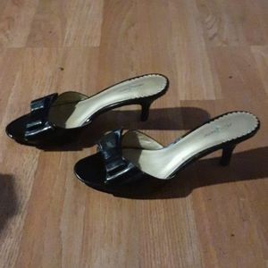 Jaclyn Smith Black peep toe kitten heels 6